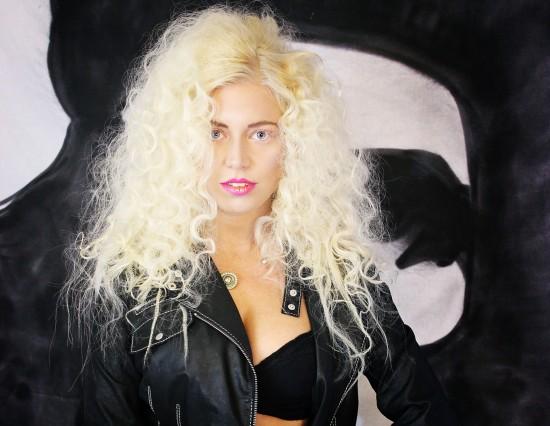 Model: Jennifer Frisur: Alexandra Simon-Teckhaus Make-up: Kathi Arndt Costume: Boss / Marc Cain / Silke Beata Groll Foto: Nicole Bisior Graffiti: Matthias Höffner