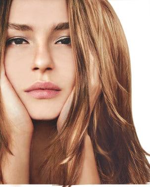 Alterna Model mit braunen Haaren